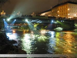 Beleuchtete Hauptbrücke in Graz