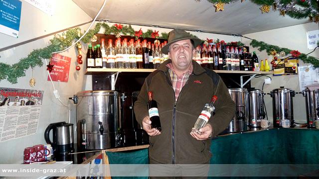 Glühweinstandbetreiber Hartlieb am Grazer Adventmarkt