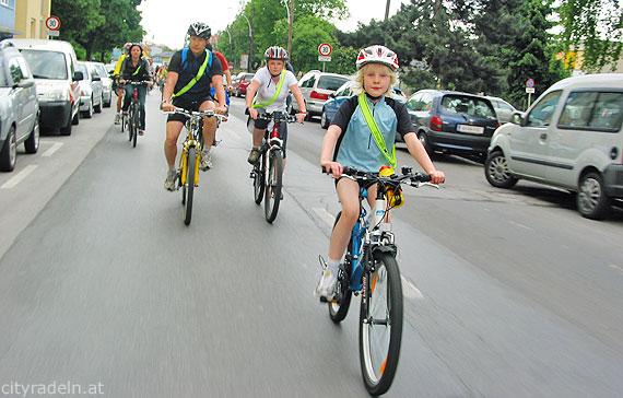 Löblich: Radfahrer mit Helm