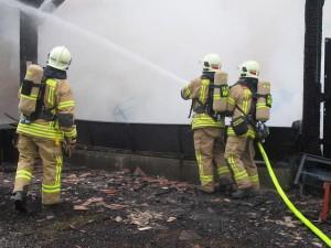 Feuerwehrmänner bekämpfen Lagerhallenbrand