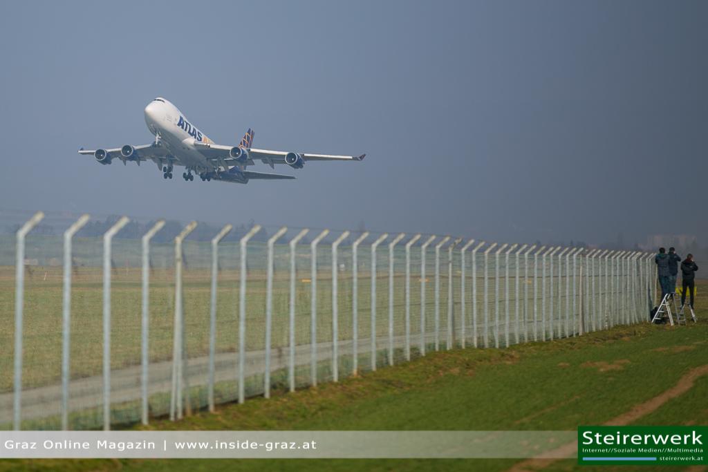 Boeing 747 landen am Flughafen Thalerhof: Fluggeräte für Red Bull Air Race in Kroatien