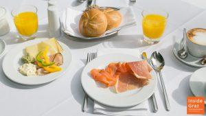 Frühstücktisch mit Semmel, Kaffee, Ei, Schinken und Käse