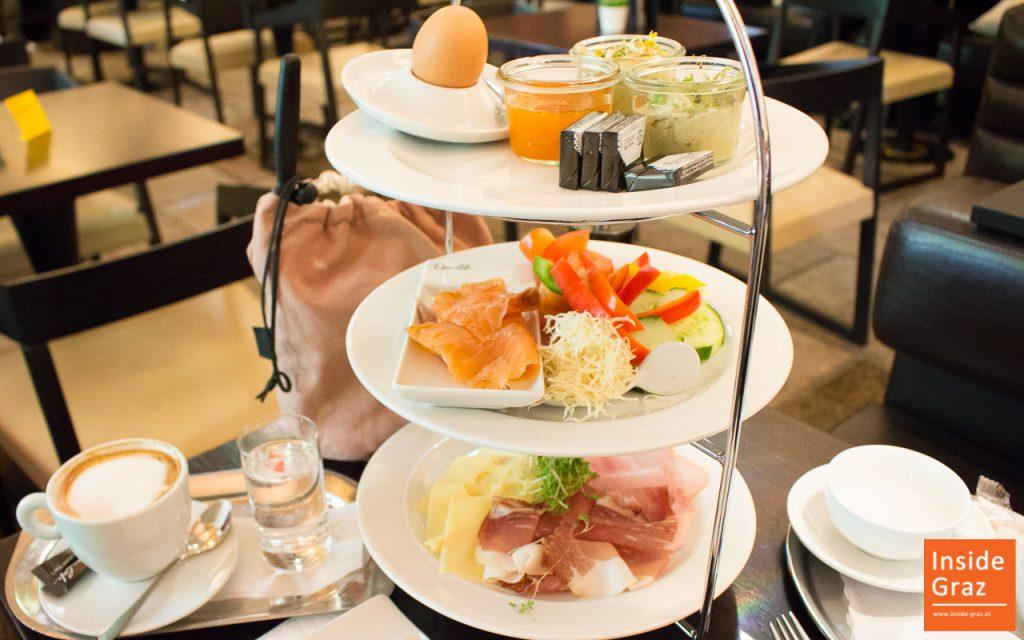Frühstücken im Operncafe