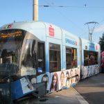 Straßenbahn nach Unfall mit Kleintransporter entgleist
