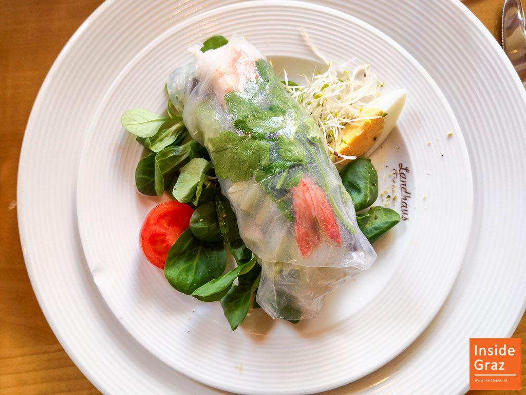 Vogerlsalat mit vietnamesischer Frühlingsrolle