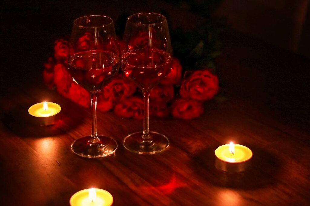 Romantisches Dinner mit Kerzen und Wein