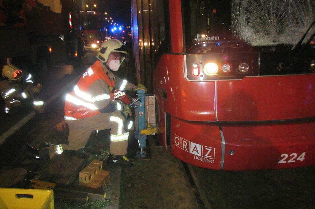 Feuerwehr hebt Straßenbahn an