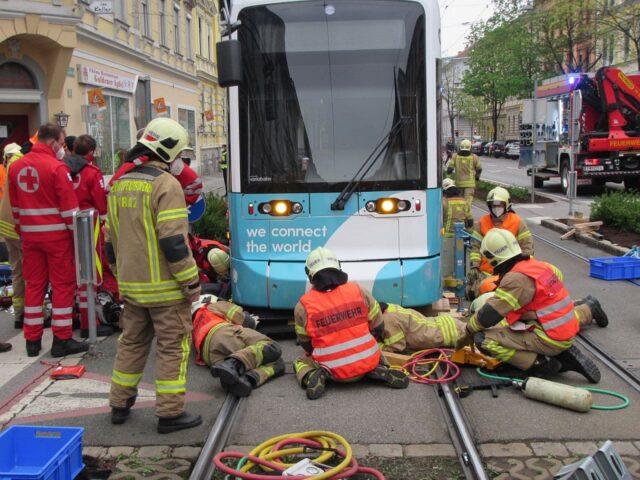 Radfahrer unter Straßenbahn FF Graz