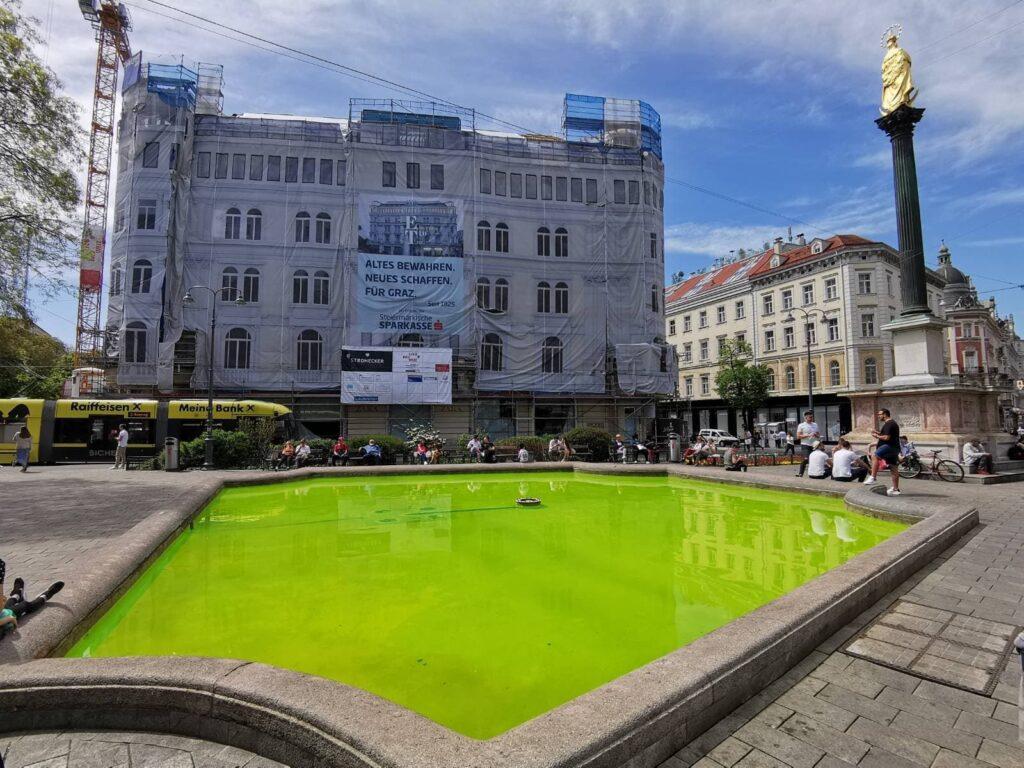 Grün gefärbtes Wasser vom Brunnen am Eisernen Tor