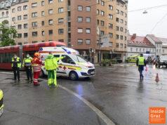 Rettungsauto kollidiert mit Straßenbahn